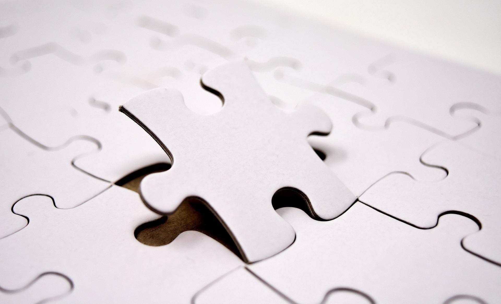 Puzzleteil fügt sich in ein Puzzle